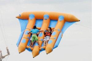 flyingfish05 バリ フライ フィッシュ 凧形の ボートに 寝そべり