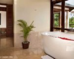 komaneka-rasa-sayang-roof-top-villa-bath-upGal6