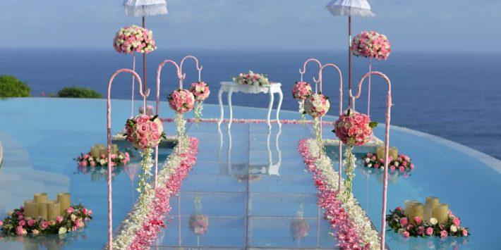 プールに浮かぶ バージンロード カルマカンダラ バリ島