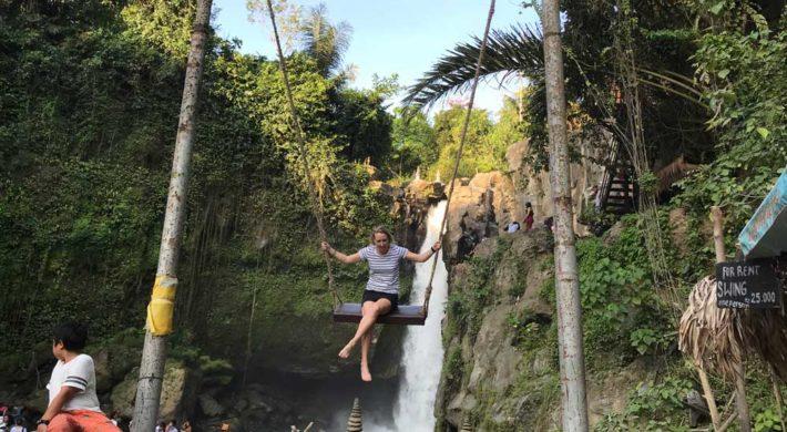 絶景 滝 マイナスイオン と 森林浴 でリフレッシュ