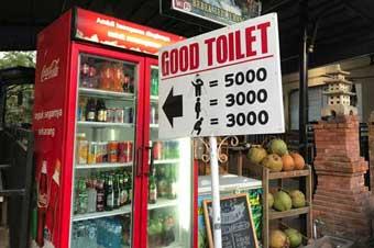 有料トイレ、シャワー、滝